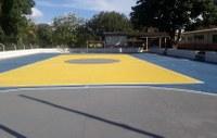 Com iniciativa da Câmara Mnicipal, quadra de esportes recebe pintura pela primeira vez.
